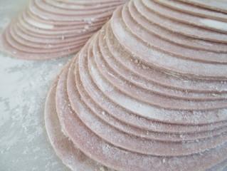 秋の味覚紫色餃子 むらさき芋パウダー入り手作り餃子の皮
