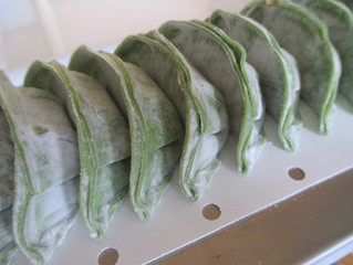 鮮やかな ポパイ餃子が食卓をグリーン色に