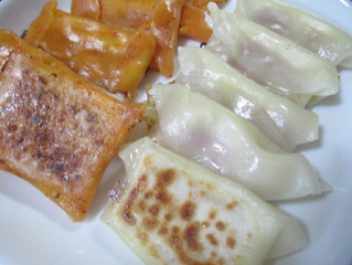 {ちょっといい日に} 紅白の餃子の皮でベーコン餃子チーズ入り。