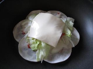 16枚の餃子の皮で花びらピザを作ってみた。