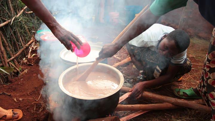 As mulheres no Burundi ensinam-se umas às outras  como fazer refeições nutritivas