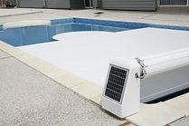 Enrouleur à énergie solaire pour volet piscine.