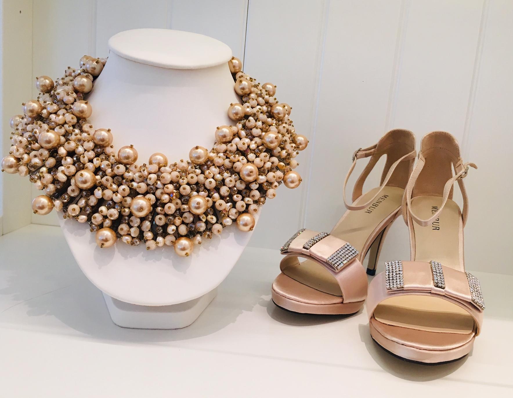 Skor och halsband
