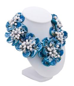 Halsband av pärlor och pärlemor