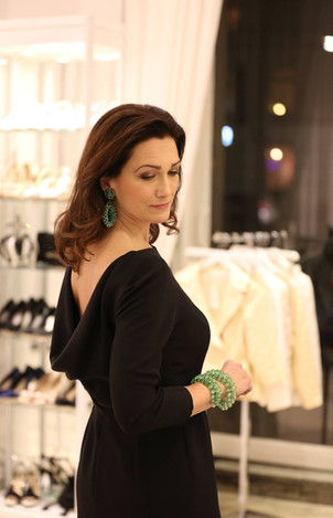 Svart sidencrépe klänning. Gröna kristall smycken.