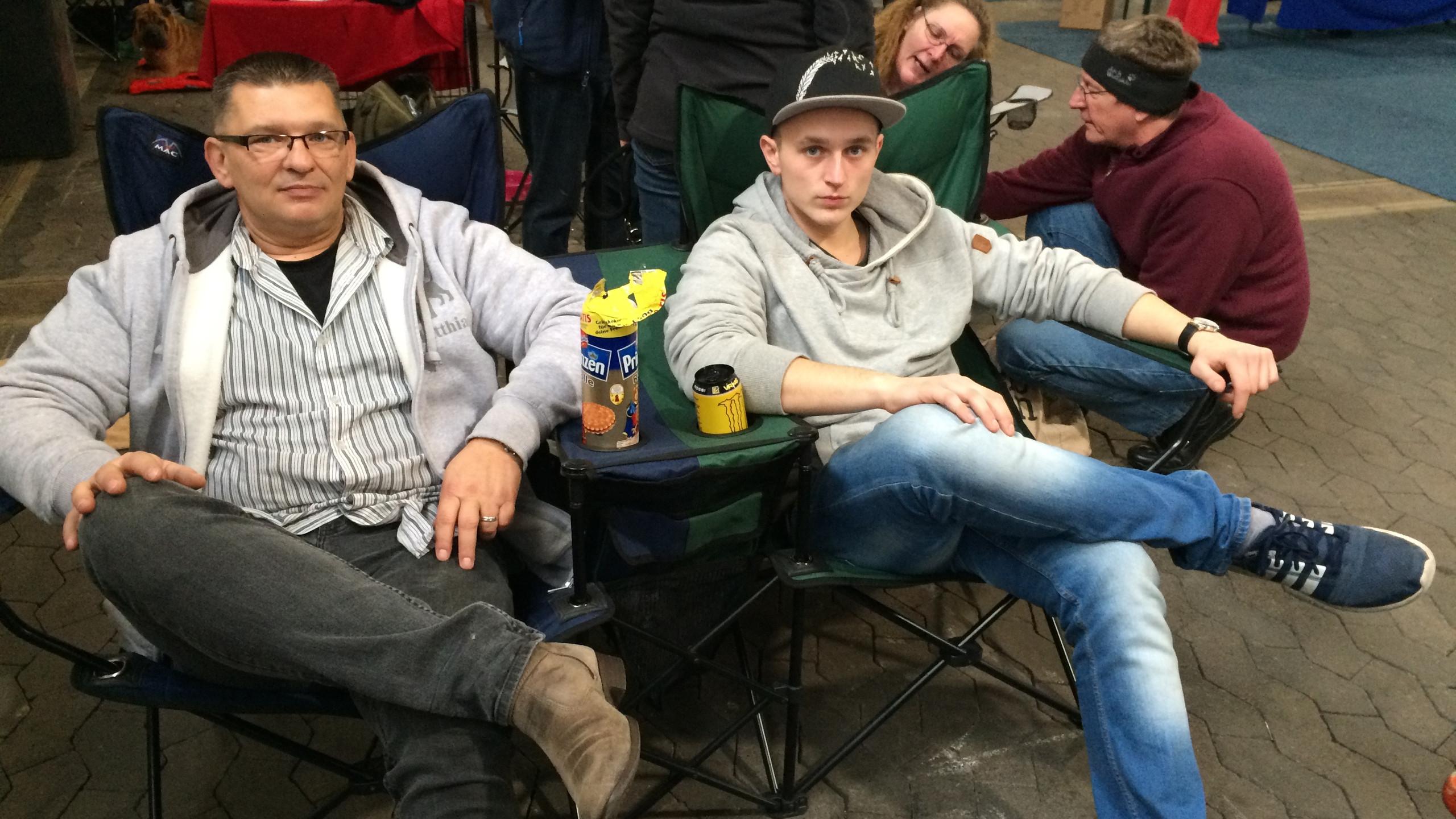 Die Herrchen entspannen :-)