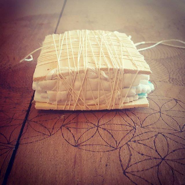 2 m 20 de soie fagotés dans un carré de