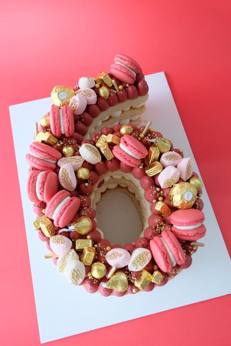 Basic color themed single number monogram cake