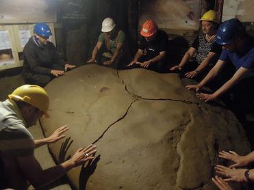 heilende Energien spürbar im Ravne Tunnelsystem der großen Sonnenpyramide