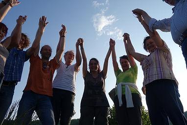 liebe Menschen, neue Freunde, Spaß und Leichtigkeit bei der sonnwendfeier Pyramiden in Bosnien