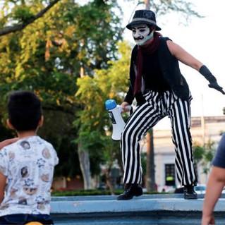 Artistas tapatíos hacen teatro guiñol en azoteas