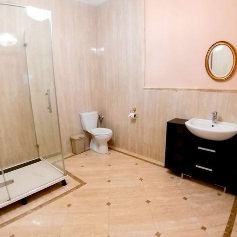 prosta duża łazienka