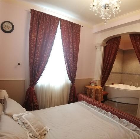 duża sypialnia połączona z piękną dużą łazienką
