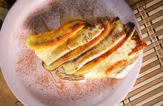 Toast de Cartola feito com o maravilhoso Pão da casa, Banana da terra e Queijo coalho grelhados e banhados no mel e canela.