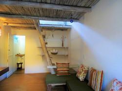 Quarto 1 - Sofá, banheiro e escada