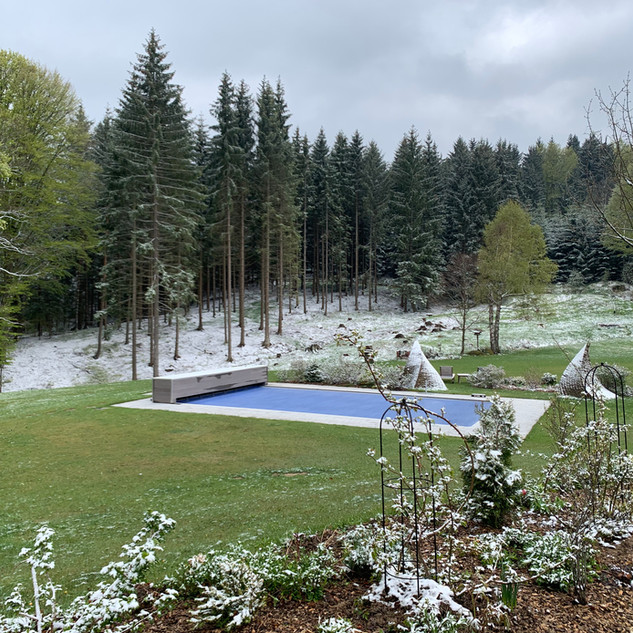 Pool mit Wintereinfall im Mai