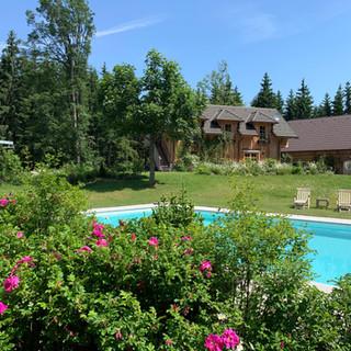 Pool mit Gästehaus im Hintergrund