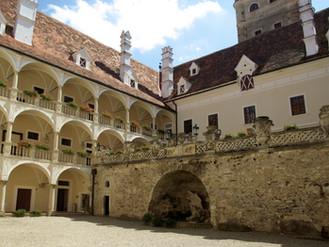 Schloss_Greillenstein_Innenhof_1.jpg
