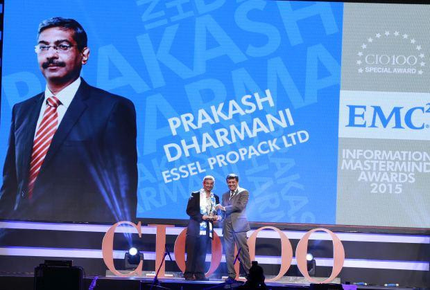 Information Mastermind: Prakash Dharmani, Global CIO of Essel Propack receives the CIO100 Special Award for 2015 from Rajesh Janey, President-India and SAARC, EMC