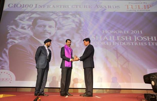 Infrastructure Evolution Futurist: Shailesh Joshi, VP-Head IT, Godrej Industries receives the CIO100 Special Award for 2011 from Sanjay Jain, CEO, Tulip Telecom
