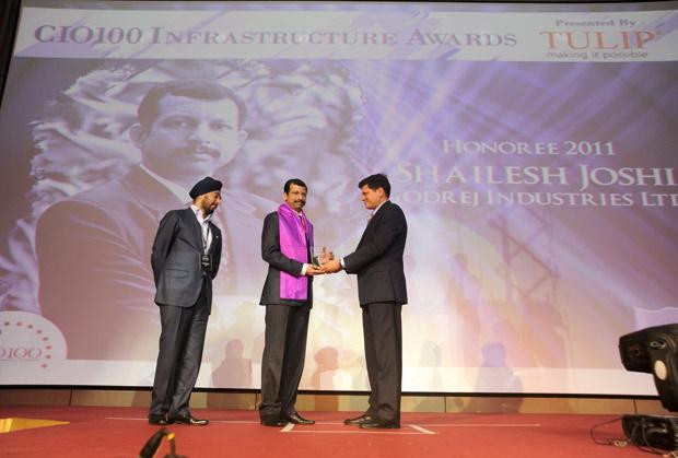 Infrastructure Evolution Futurist: Shailesh Joshi, VP-Head IT, Godrej Industries receives the CIO100 Special Award for 2011 from Sanjay Jain, CEO, Tulip Telecom
