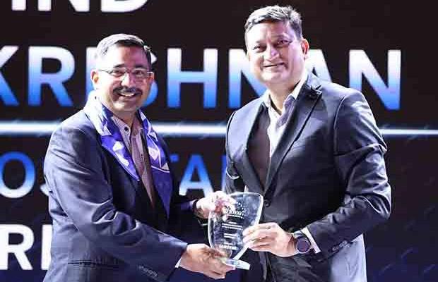 Mobility Maven: Arvind Sivaramakrishnan, Group CIO of Apollo Hospitals receives the CIO100 Special Award for 2017 from Sukesh Jain, VP, Samsung