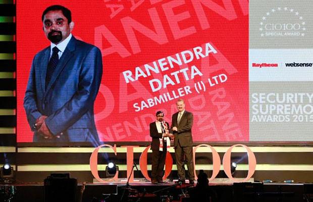 Security Supremo: Ranendra Datta, Vice President and CIO, SABMiller India receives the CIO100 Special Award for 2015 from John McCormack, CEO, Websense.
