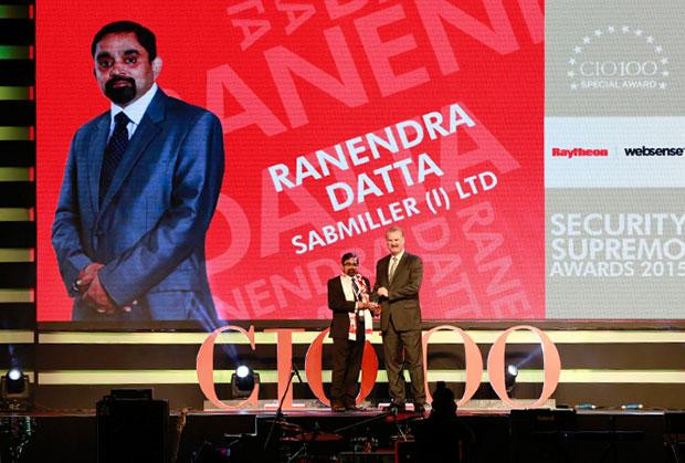 Security Supremo: Ranendra Datta, Vice President and CIO, SABMiller India receives the CIO100 Special Award for 2015 from John McCormack, CEO, Websense.
