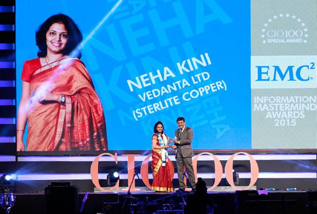 Information Mastermind: Neha Kini, Head-IT of Vedanta Sterlite Copper receives the CIO100 Special Award for 2015 from Rajesh Janey, President-India and SAARC, EMC