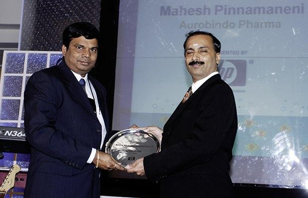 Hall of Fame: Mahesh Kumar Pinnamaneni, CIO of Aurobindo Pharma receives the CIO100 Special Award for 2009 from Prakash Krishnamoorthy, Country Head, HP Storage Works