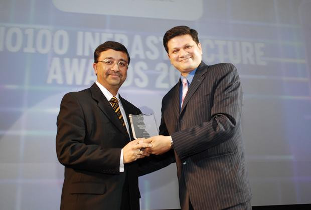 Infrastructure Evolution Futurist: Devesh Mathur, COO India, HSBC receives the CIO100 Special Award for 2010 from Sanjay Jain, CEO, Tulip Telecom