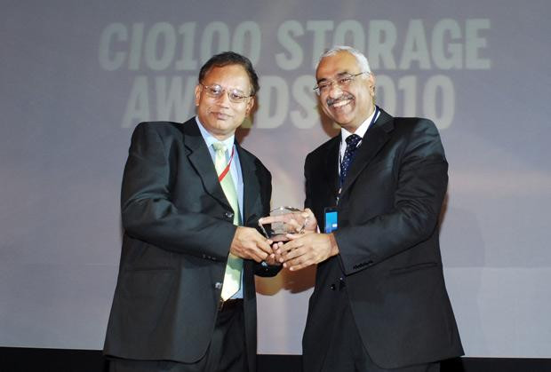 Storage: V. Balakrishnan, CIO of Polaris Financial Technology receives the CIO100 Special Award for 2010 from Manoj Chugh, President EMC India and SAARC