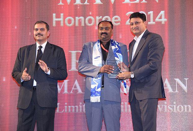 Mobility Maven: Ravi Ramakrishnan, GM-IT of Uflex receives the CIO100 Special Award for 2014 from Sukesh Jain, VP-Enterprise Business Division, Samsung Enterprise Business