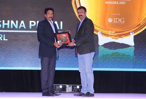 Hall of Fame: Radhakrishna Pillai, CIO of SRL receives the CIO100 Special Award for 2017 from Leo Joseph, Senior Director-Enterprise Sales and Solutions, Hewlett Packard
