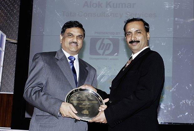 Hall of Fame: Alok Kumar, VP & Global Head - Internal IT and Shared Services of Tata Consultancy Services receives the CIO100 Special Award for 2009 from Prakash Krishnamoorthy, Country Head, HP Storage Works
