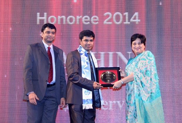 Hall of Fame: Sachin Jain, CIO & CSO, Evalueserve receives the CIO100 Special Award for 2014 from Neelam Dhawan, MD, HP India