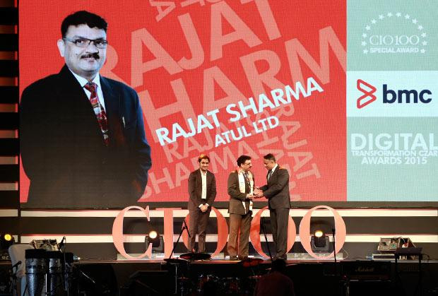 Digital Transformation Czar: Rajat Sharma, President-IT of Atul receives the CIO100 Special Award for 2015 from Suhas Kelkar, VP and CTO-APAC, BMC Software