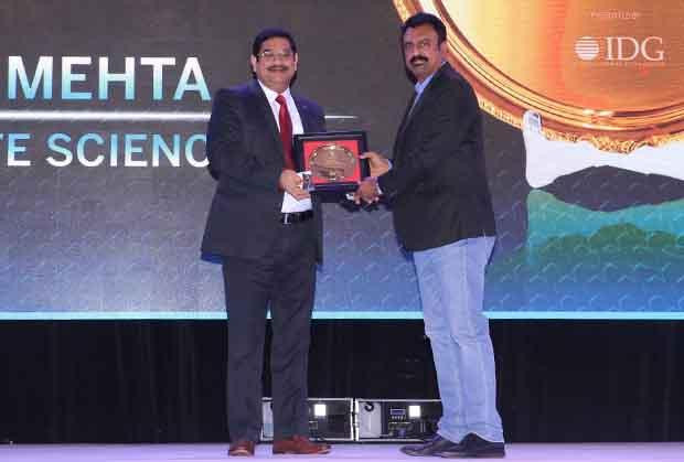 Hall of Fame: Umesh Mehta, CIO-India of Jubilant Life Sciences receives the CIO100 Special Award for 2017 from Leo Joseph, Senior Director-Enterprise Sales and Solutions, Hewlett Packard