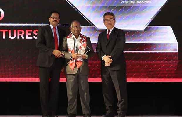Sourcing Shogun: G S Rao, CIO of KSK Energy Ventures receives the CIO100 Special Award for 2017 from Kazutada Kobayashi, CEO and President, Canon India
