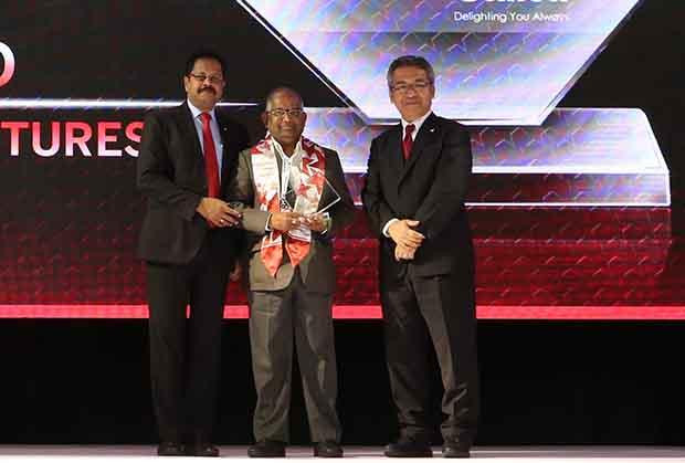 Sourcing Shogun: G S Rao, CIO of KSK Energy Ventures receives the CIO100 Special Award for 2017 from Kazutada Kobayashi, CEO and President, Canon India