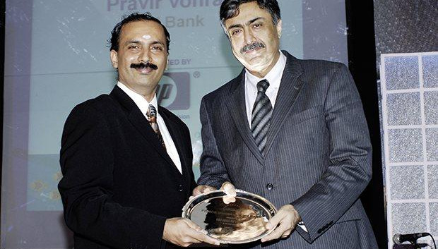 Hall of Fame: Pravir Vohra, President & Group CTO of ICICI Bank receives the CIO100 Special Award for 2009 from Prakash Krishnamoorthy, Country Head, HP Storage Works