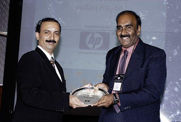 Hall of Fame: H Krishnan, VP-IT of Aditya Birla Nuvo receives the CIO100 Special Award for 2009 from Prakash Krishnamoorthy, Country Head, HP Storage Works