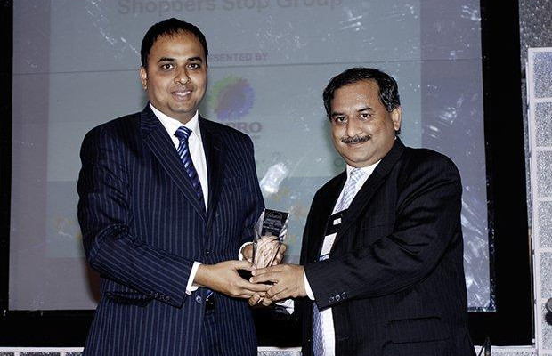 Innovation: Arun O Gupta, Group CTO of Shoppers Stop receives the CIO100 Special Award for 2009 from Anand Sankaran, SVP and Business Head, India and Middle East, Wipro