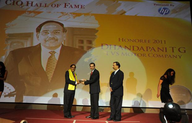 Hall of Fame: T G Dhandapani, CIO of TVS Motor Company receives the CIO100 Special Award for 2011 from Prakash Krishnamoorthy, Country Manager, HP StorageWorks India