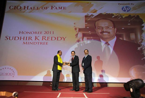 Hall of Fame: Sudhir Kumar Reddy, VP & CIO, Mindtree receives the CIO100 Special Award for 2011 from Prakash Krishnamoorthy, Country Manager, HP StorageWorks India