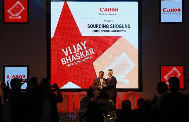 Sourcing Shogun: Vijay Bhaskar, DGM-IT and CIO of Visa Steel receives the CIO100 Special Award for 2016 from Kazutada Kobayashi, CEO and President, Canon India