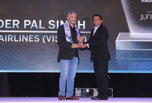 Networking Pioneer: Ravinder Pal Singh, CIO and SVP-Innovation at Tata Sia Airliners (Vistara) receives the CIO100 Special Award for 2017 from Sajan Paul, CTO, Juniper Networks-India and SAARC