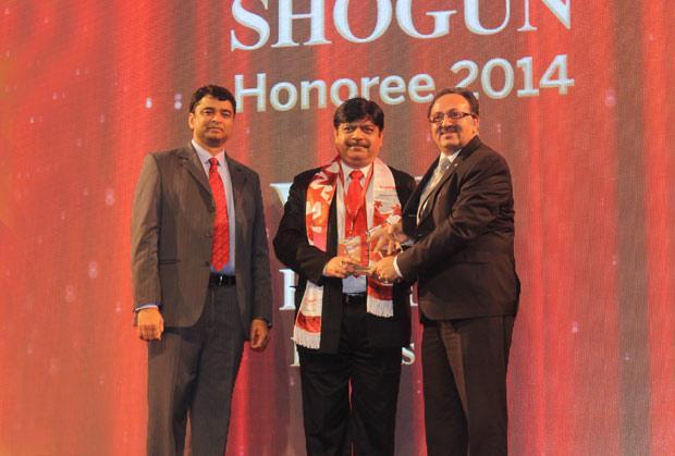 Sourcing Shogun: Vipin Kumar, Group CIO of Escorts receives the CIO100 Special Award for 2014 from Alok Bharadwaj, Executive VP, Canon India