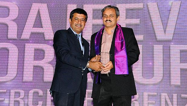 Information Mastermind: Rajeev Jorapur, Head-IT of Mercedes-Benz India receives the CIO100 Special Award for 2012 from Rajesh Janey, President-India and SAARC, EMC