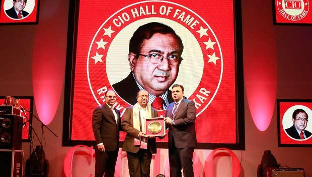 Hall of Fame: Ravikiran S Mankikar, Chief GM-IT of The Shamrao Vithal Co-operative Bank receives the CIO100 Special Award for 2016 from Arvind Gupta, CEO at MyGov